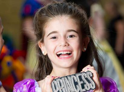 Make-A-Wish Australia wish kid Savannah holding a princess sign